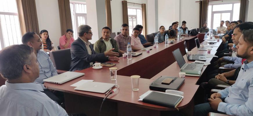 Master in e-Governance कार्यक्रमको सम्पर्क  कक्षामा उपस्थित विद्यार्थीहरु, बाह्य विज्ञ नेपाल प्रहरीका डीआइजी श्री सुनिल कुमार श्रेष्ठ तथा उपकुलपति ज्यू}